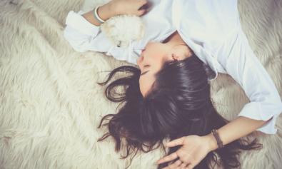 Девушка с густыми черными волосами